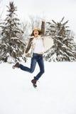 Vrouw die in sneeuw springt. Royalty-vrije Stock Foto's