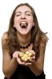 Vrouw die snoepjes eet Stock Foto's