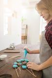 Vrouw die snoepjes voor Pasen-vakantie maken cookery royalty-vrije stock fotografie