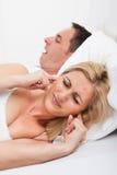 Vrouw die Snurkend de Mens bekijken Royalty-vrije Stock Foto
