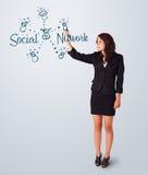 Vrouw die sociaal netwerkthema op whiteboard draving Stock Foto