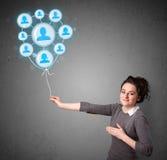Vrouw die sociale netwerkballon houdt Royalty-vrije Stock Foto's