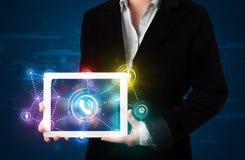 Vrouw die sociale voorzien van een netwerktechnologie met kleurrijke lichten tonen Stock Fotografie