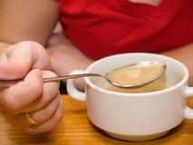 Vrouw die soep eet Royalty-vrije Stock Afbeeldingen