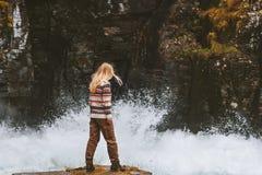 Vrouw die solo openluchtvakanties actief avontuur reizen royalty-vrije stock afbeelding
