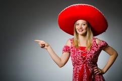 Vrouw die sombrerohoed dragen Stock Foto's