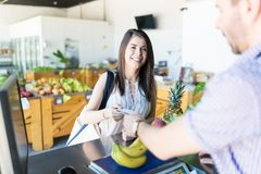 Vrouw die Sommige Kruidenierswinkels kopen bij een Supermarkt stock foto's