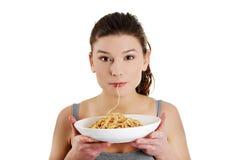 Vrouw die spaghetti eet Royalty-vrije Stock Afbeeldingen