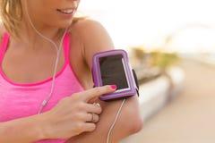 Vrouw die sportenactiviteit gebruiken die app op haar mobiele telefoon volgen royalty-vrije stock foto