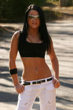 Vrouw die sportenbustehouder en zonnebril draagt Stock Foto's