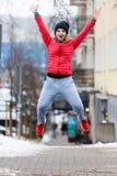 Vrouw die sportkleding dragen die buiten tijdens de winter uitoefenen Stock Afbeelding