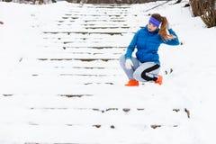 Vrouw die sportkleding dragen die buiten tijdens de winter uitoefenen Royalty-vrije Stock Afbeelding