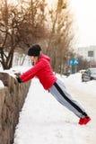 Vrouw die sportkleding dragen die buiten tijdens de winter uitoefenen Royalty-vrije Stock Fotografie