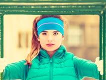 Vrouw die sportkleding het stedelijke uitoefenen dragen buiten tijdens de winter Stock Fotografie