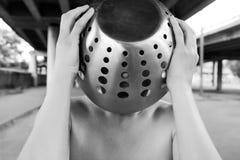 Vrouw die staalvaas dragen Stock Afbeelding