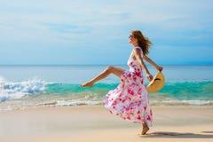 Vrouw die stap voorwaarts op het strand nemen stock foto