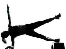 Vrouw die stapaerobics uitoefent Stock Foto