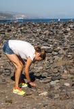 Vrouw die stenen plaatsen Stock Fotografie