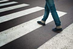 Vrouw die straat kruisen Stock Afbeelding