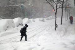 Vrouw die straat kruisen tijdens sneeuwblizzard Jonas in Bronx Stock Foto