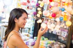 Vrouw die in straatmarkt winkelen Royalty-vrije Stock Afbeelding
