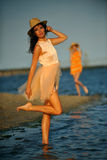 Vrouw die strand van ontspannen genieten blij in de zomer door oceaankust Royalty-vrije Stock Afbeeldingen