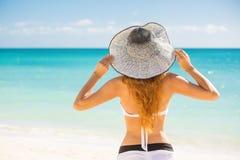 Vrouw die strand van ontspannen genieten blij in de zomer door tropisch blauw water Stock Fotografie