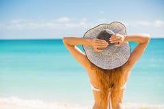 Vrouw die strand van ontspannen genieten blij in de zomer door tropisch blauw water Royalty-vrije Stock Afbeeldingen