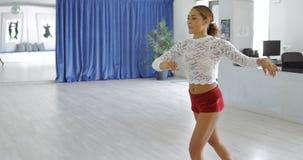 Vrouw die in studio dansen stock afbeeldingen