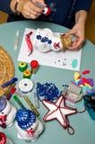 Vrouw die stuk speelgoed sneeuwman maken Royalty-vrije Stock Foto's