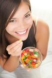 Vrouw die suikergoed eet Stock Afbeeldingen