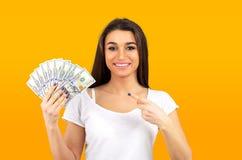 Vrouw die super gelukkige holdingsventilator van dollargeld voelen stock fotografie