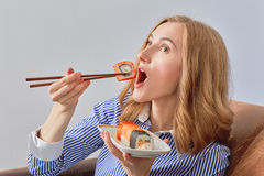 Vrouw die sushi eet stock afbeeldingen