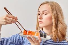 Vrouw die sushi eet stock fotografie