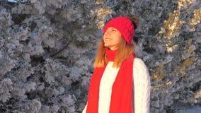 Vrouw die in Sweater op Straat in de Winter Zonsondergang en Mond de bekijken ademt Damp uit stock video