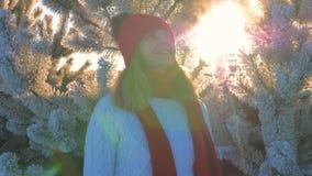Vrouw die in Sweater op Straat in de Winter Zonsondergang en Mond de bekijken ademt Damp uit stock videobeelden