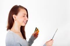 Vrouw die tablet en creditcard voor online het winkelen gebruiken Ecommerc Stock Foto