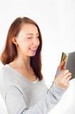 Vrouw die tablet en creditcard voor online het winkelen gebruiken Ecommerc Stock Fotografie