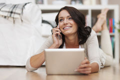 Vrouw die tablet en telefoon met behulp van Royalty-vrije Stock Foto's