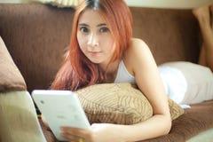 Vrouw die tablet gebruiken royalty-vrije stock afbeelding