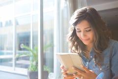 Vrouw die tablet gebruikt Stock Afbeeldingen