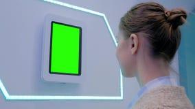 Vrouw die tabletcomputer bekijken met het lege groene scherm - chroma zeer belangrijk concept stock videobeelden
