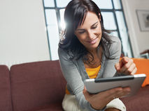 Vrouw die tabletPC met behulp van Stock Afbeelding