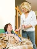 Vrouw die tablettenbejaarde geven Stock Afbeeldingen