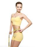Vrouw die taille met metingstype meet Stock Foto