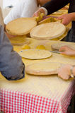 Vrouw die talos, Tortilla maken dan omslagentxistorra royalty-vrije stock afbeeldingen