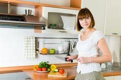 Vrouw die te eten iets voorbereidt Stock Foto's