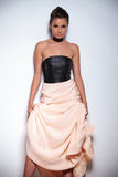 Vrouw die tegen een muur leunen en haar mooie toga steunen royalty-vrije stock afbeeldingen