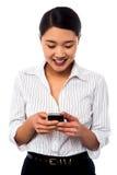 Vrouw die tekstbericht verzenden naar haar collega Royalty-vrije Stock Afbeeldingen