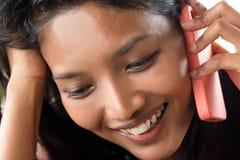 Vrouw die telefonisch roept Royalty-vrije Stock Afbeelding